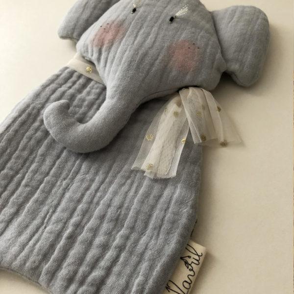 zoom doudou elephant fait main en gaze de coton labelisée Oekotex a personnaliser avec le prénom de bébé
