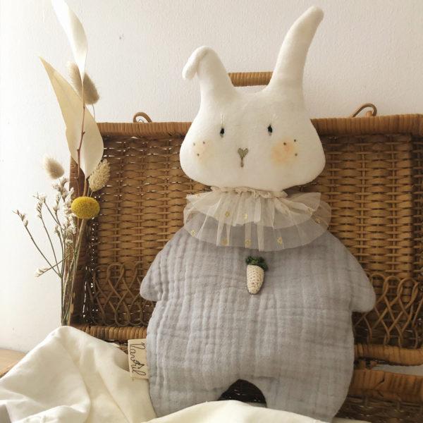 doudou lapin en gaze de coton et velours d'éponge avec carotte crochet