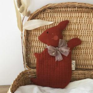 doudou écureuil en gaze de coton labelisée Oekotex personnalisable avec le prénom de l'enfant
