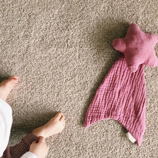 doudou étoile filante 12avril en gaze de coton brodé avec le prénom de bébé